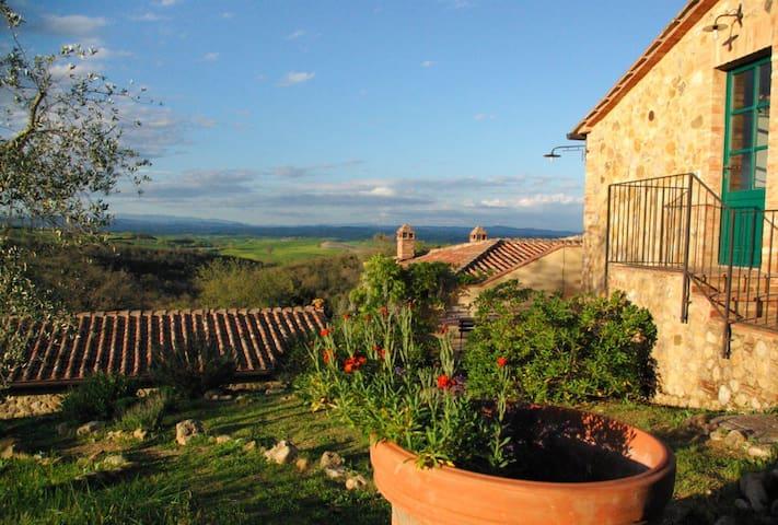 Piccola casa con vista, terrazza privata e piscina - Murlo