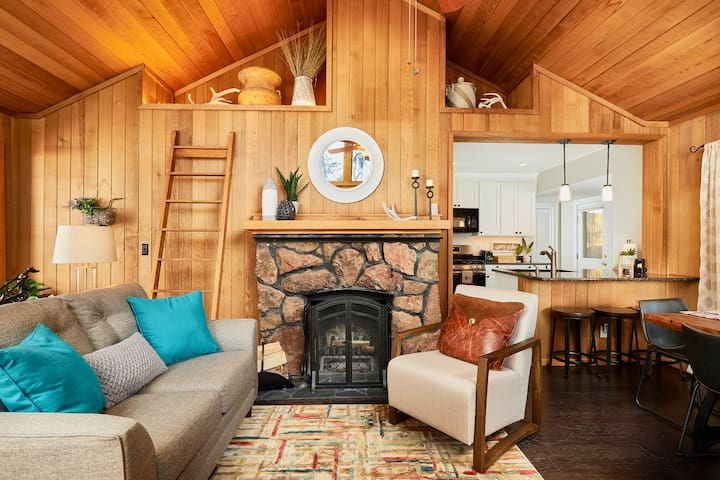 ★ Pikes Peak Cabin ★ Hot Tub ★ Dogs Welcome.