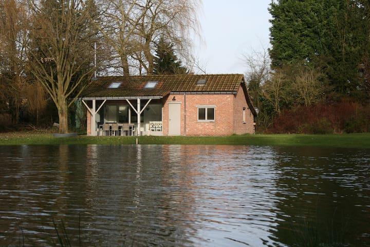 Zomerhuisje met prachtige visvijver - Sint-Amands - Hytte