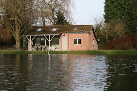 Zomerhuisje met prachtige visvijver - Sint-Amands - 小木屋