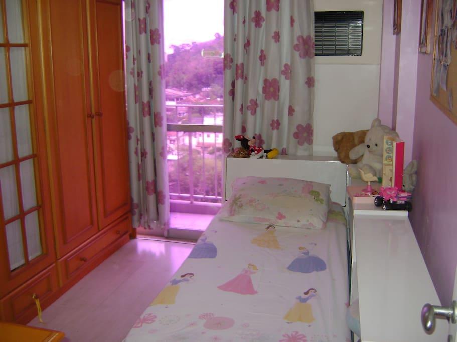 Quarto 2, cama de solteiro e cama auxiliar.