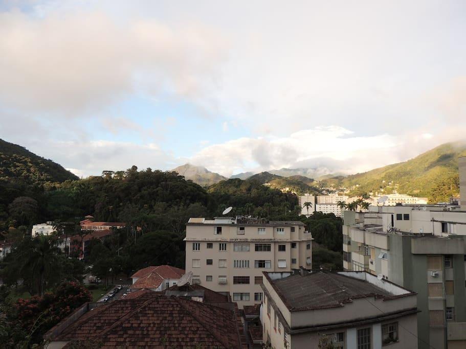 A vista frontal para o Centro de Petrópolis e Museu Imperial.