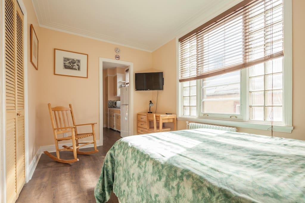 Salon chambre avec 2 penderie et un bureau