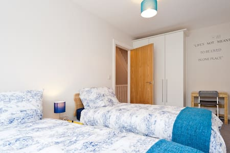 15min to airport twin room + b'fast - Clongriffin