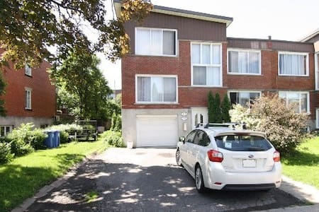 """SPLIT"" level upper duplex condo! beautiful yard. - Montreal-West - บ้าน"