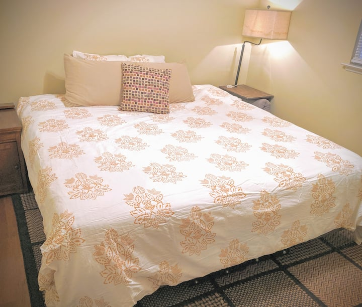 Comfy King BR! Clean, cozy & close to the airport!