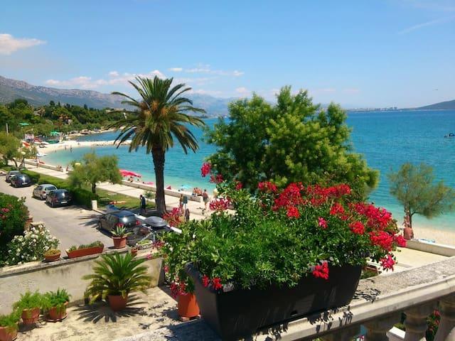 Apartment by the beach - Kaštel Stari
