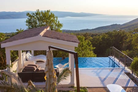 Villa Grandpa Luka /Stunning View/Heated Pool!! - Bast