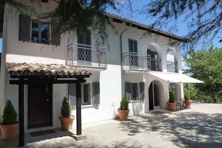 Farmhouse Amongst the Vines  - Calosso - Rumah