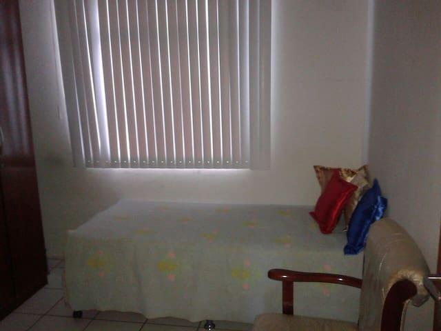 Quarto em casa de Casal aposentado - Salvador - Apartment