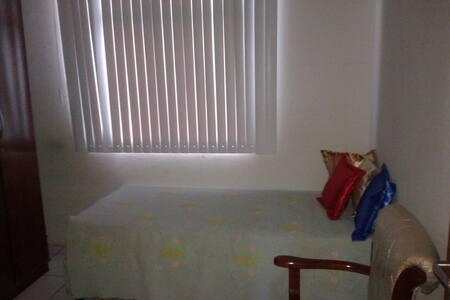 Quarto em casa de Casal aposentado - 萨尔瓦多 - 公寓