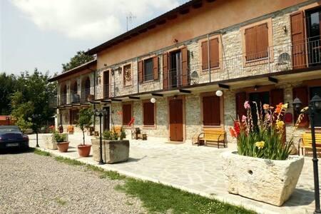 Monolocali in  villa e piscina - Bubbio