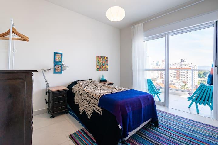 Este quarto agora conta com cama de casal