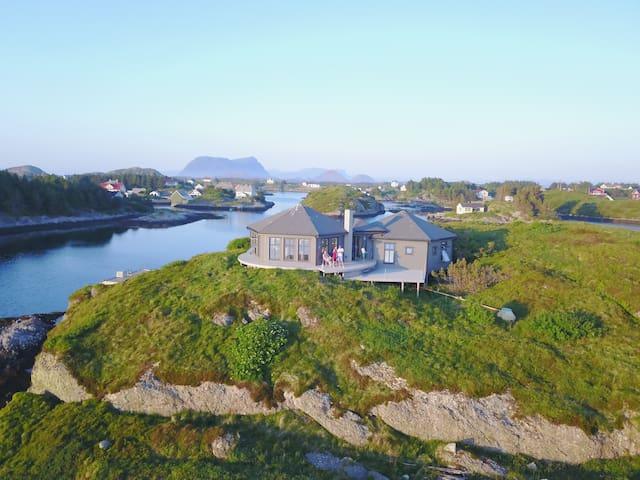 Fin hytte på egen øy ved havet i Bulandet