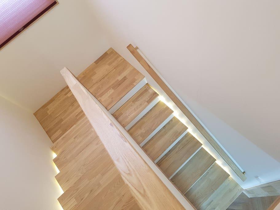 이층올라가는 계단에 간접조명을 달아보았어요 굉장히 운치있더라구요