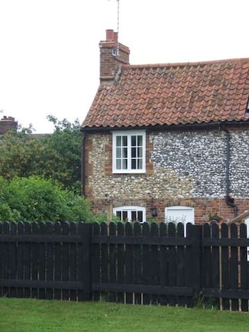 End Cottage, charming 2 bedroom flint cottage