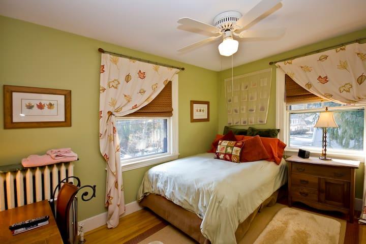 B&B since 92 Near T-- Devra's Room - Newton - Bed & Breakfast