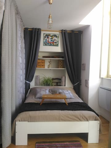 Chambre vue sur rue