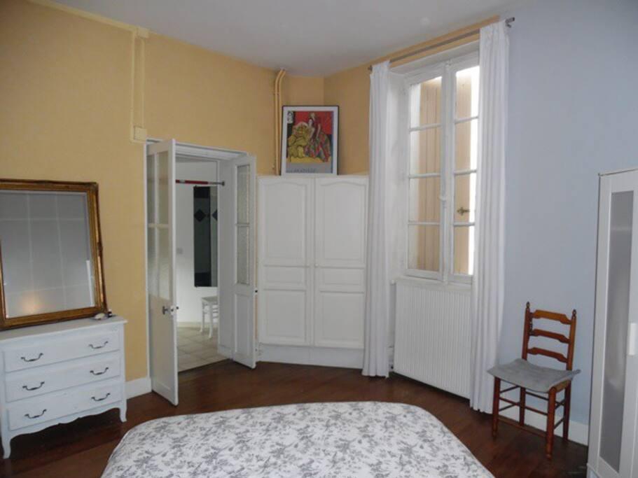 Chambre spacieuse avec sa salle de bain privee houses for Salle de bain translation