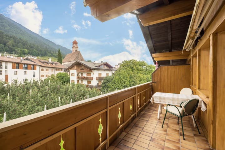 "Cosy Holiday Apartment ""Residenz Kronstein - FeWo 7"" with Balcony, Shared Garden, Mountain View, Wi-Fi & TV; Parking Available"