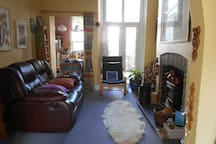 The comfortable sitting room with a wood burner and view on the garden