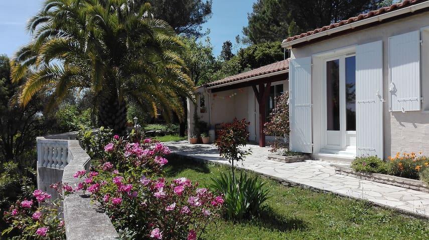Villa + piscine sur les hauteurs du village