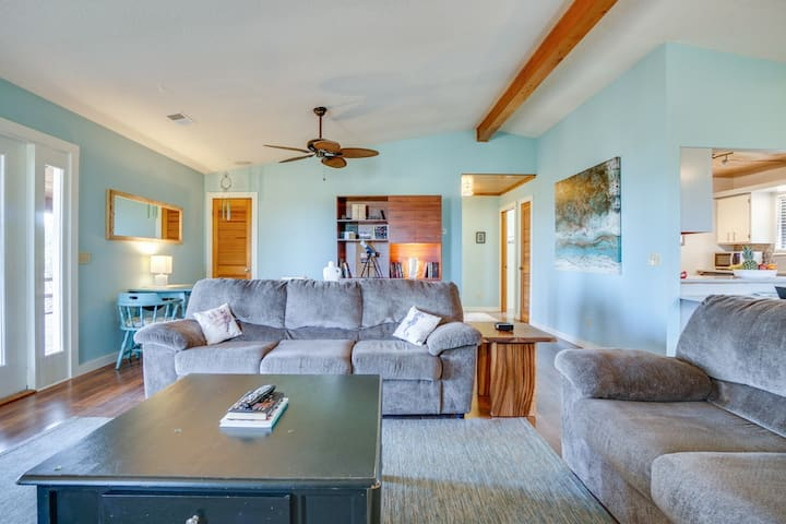 Tranquil vacation home with Bay views, screened-in porch, and wonderful sunset views.