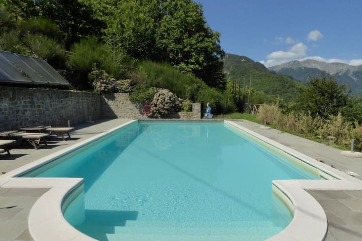 Spacious Chalet in Cutigliano with Swimming Pool