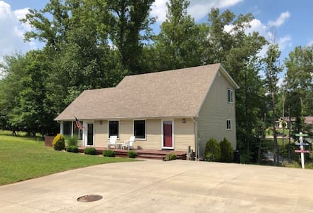 Lake Time Cottage, 3 Bedroom, 2 Bath by Marina