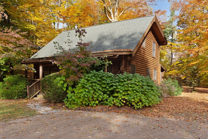 Woodsy cabin with private hot tub, shared beach access & screened porch