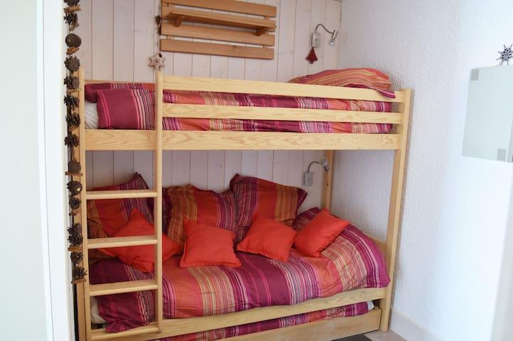 Un troisième lit peut être sorti de sous les lits superposés