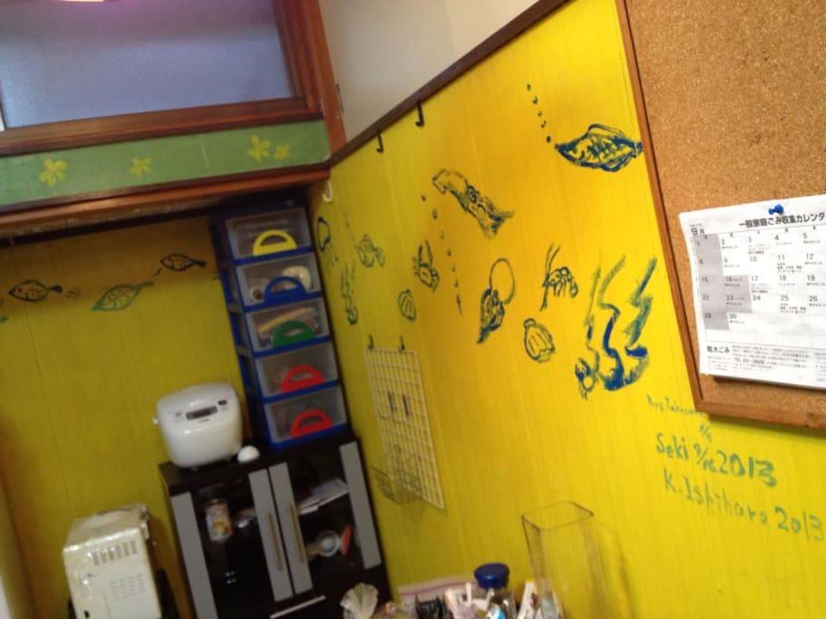 ゲストの皆さんが壁を塗って絵をかいてくれました。
