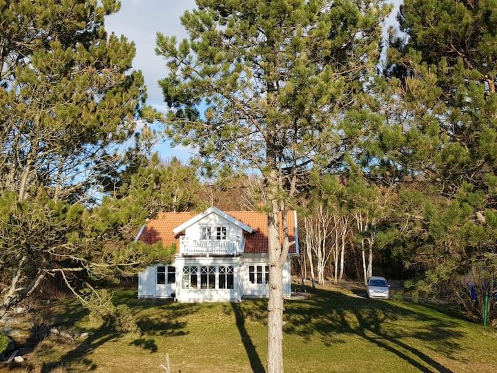 Stor villa med avskild tomt nära Grebbestad.