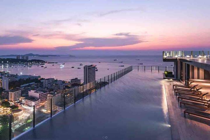 The Base 网红无边际网红泳池公寓Beachfront 市中心黄金地段 距海边250米