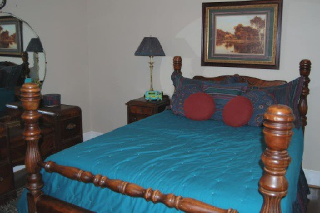 Bedroom with full bed, tv & cable.  Full bath right beside this room.  $55/night