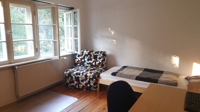 Private Room in a house, near FU and metro - Berlín