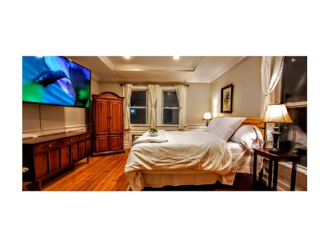 Echo Hill's Huckleberry Suite: 70inch TV and more!