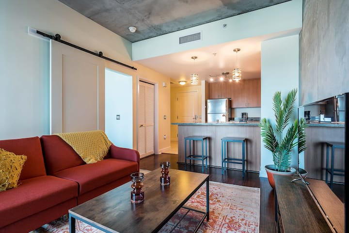 ★Stylish 1 Bed Condo in the heart of Downtown★