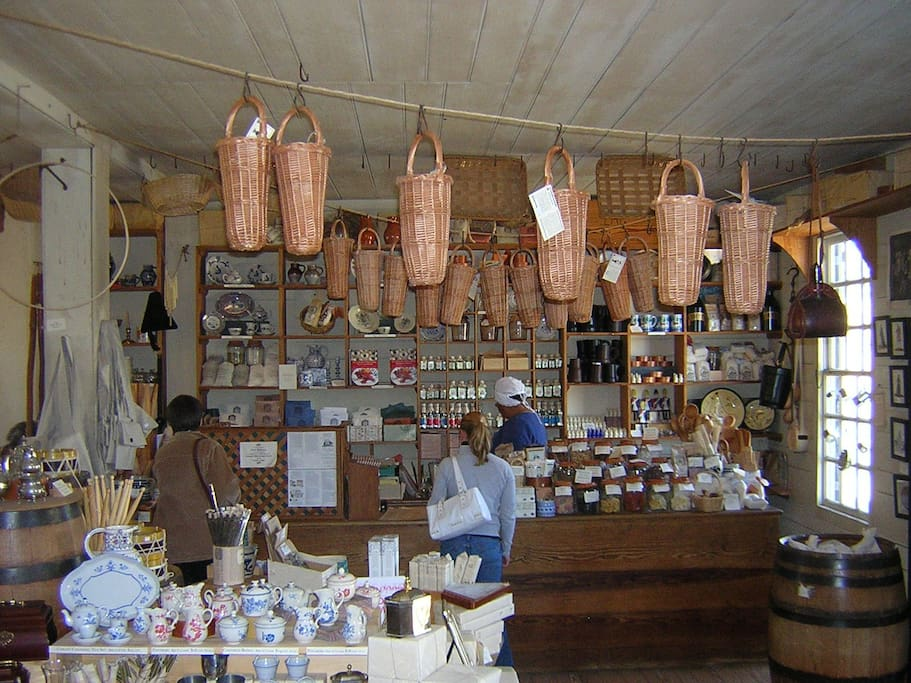 Colonial gift stores, markets and shopping!