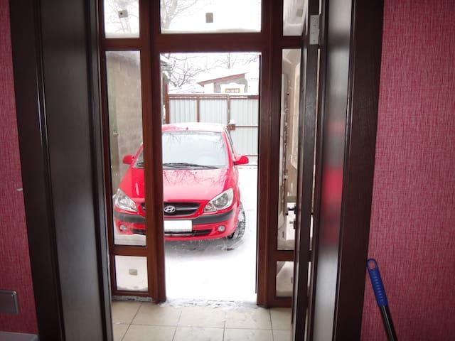 Аренда дома + парковка для авто. - Donets'k - Hús