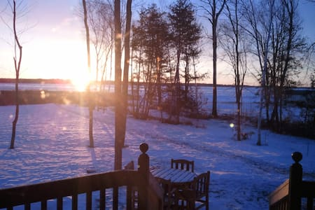 Relaxing Lake House Getaway on Pigeon Lake - Kawartha Lakes - บ้าน