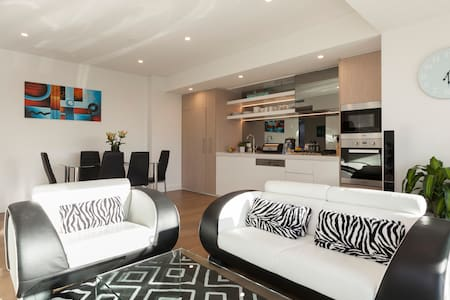 HARBOUR-SIDE! Location is EVERYTHING! - Milsons Point - Apartment