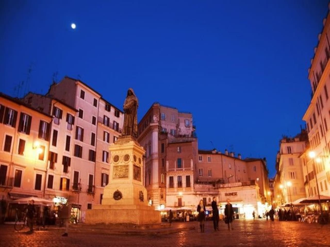 Your experience in the Square by night