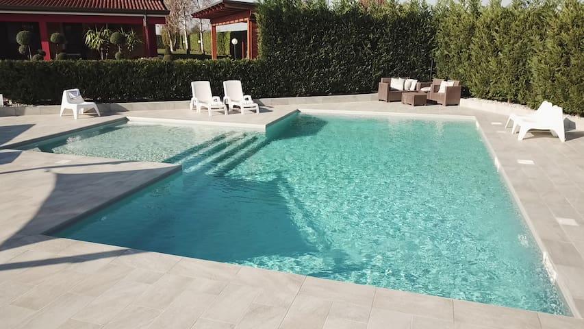 AP. in villa con piscina a 10 min. dalla citta'