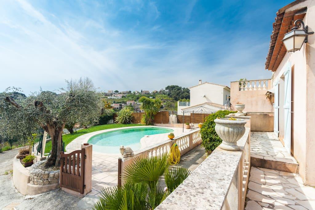 Rdc de villa vue mer avec piscine villas louer for Villa a louer en provence avec piscine