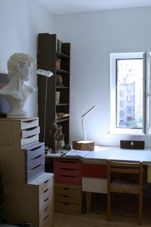 Chambre changée :plus de statue, tiroir remplacé par commode et ajout d'une penderie : lieu fortements vidées. Nouvelles photos impossibles car locataire jusqu'a mi-juin.