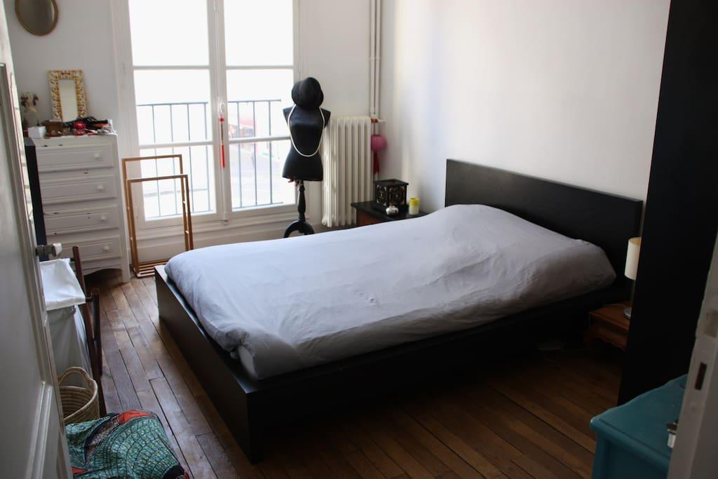 Chambre double avec armoire de rangement
