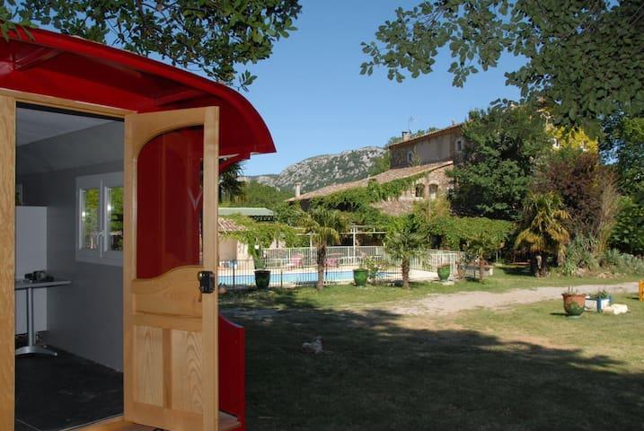 Roulotte dans parc avec piscine
