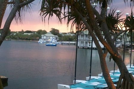 Stunning Lagoon Front Apartment opposite Novotel - Twin Waters - Apartment