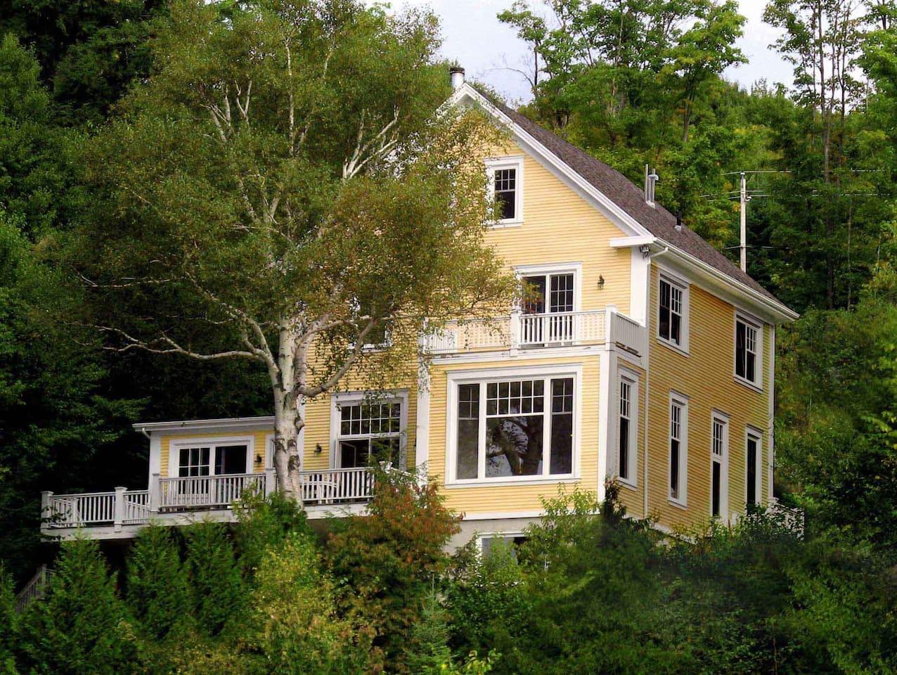 Maison d'architecture Nouvelle-Angleterre donnant sur 6 km d'eau